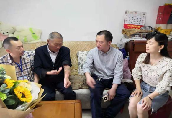 标题:情系退休老党员 关怀慰问暖人心――区中